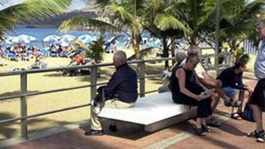 Turistas en la playa de Las Canteras. (CANARIAS AHORA)