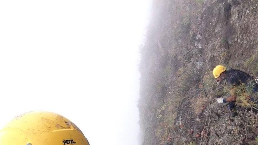 Ángel Palomares, con los dos expertos en escalada y trabajos verticales, en la revisión en Calzones Rotos.