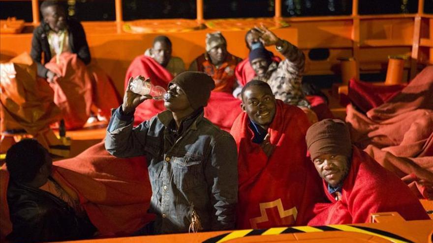 Llegan a puerto en buen estado los 17 inmigrantes rescatados cerca de Motril