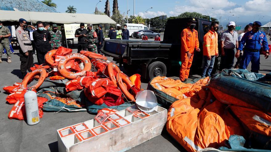 Indonesia busca a 11 desaparecidos de un transbordador naufragado