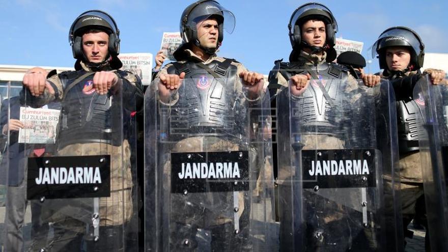 Se reanuda el juicio por terrorismo a periodistas críticos con el gobierno turco