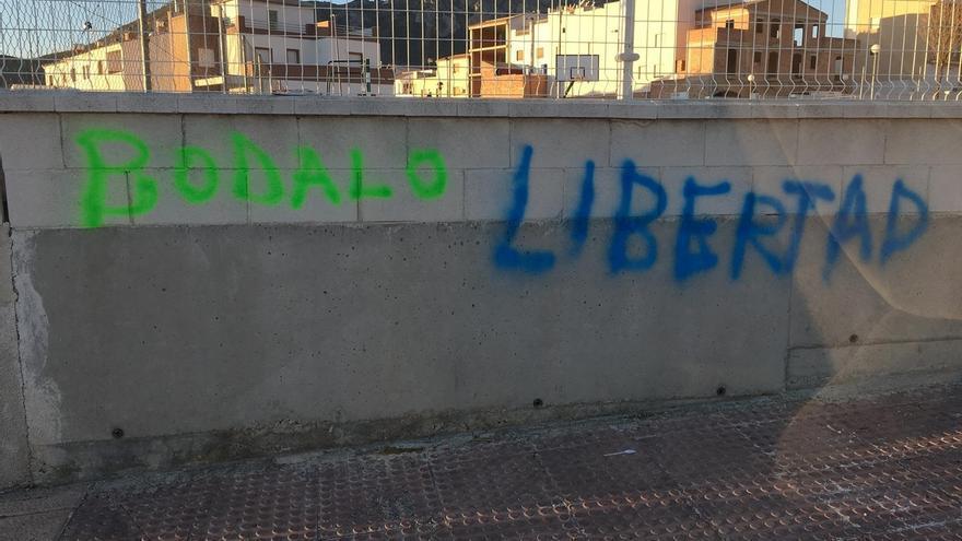 """El alcalde Jódar (PSOE) denuncia el """"vandalismo organizado"""" con pintadas en el municipio"""