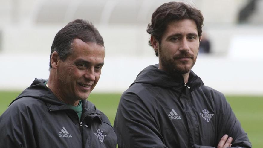 Alexis Trujillo, junto a Víctor Sánchez. (REAL BETIS)