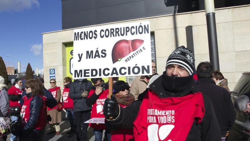 Afectados por la hepatitis C frente a la sede de Gilead en Madrid /PLAFHC