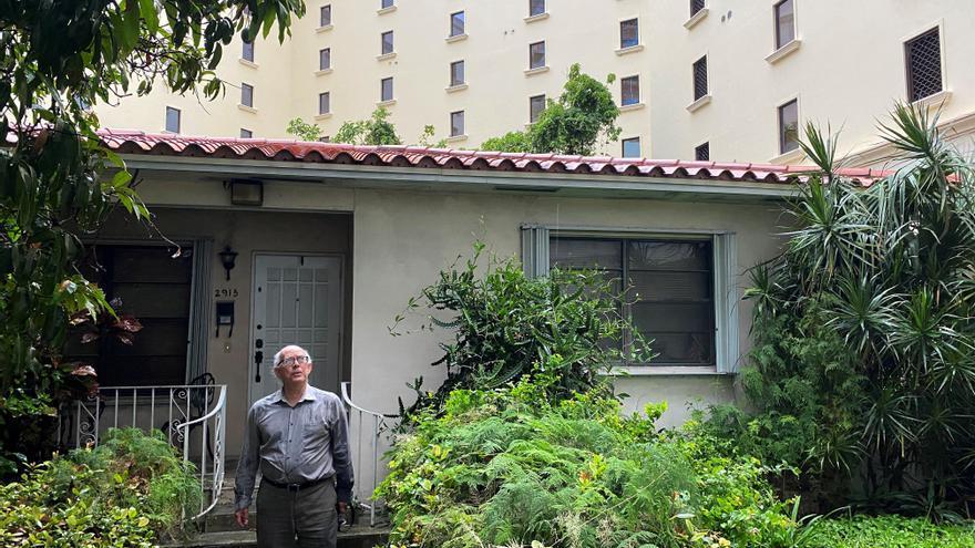 Cercado por una megaconstrucción, un hispano se resiste a abandonar su casa en Miami