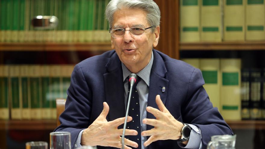El consejero de Administraciones Públicas, Justicia y Seguridad del Gobierno de Canarias, Julio Pérez, durante su comparecencia en la comisión parlamentaria.