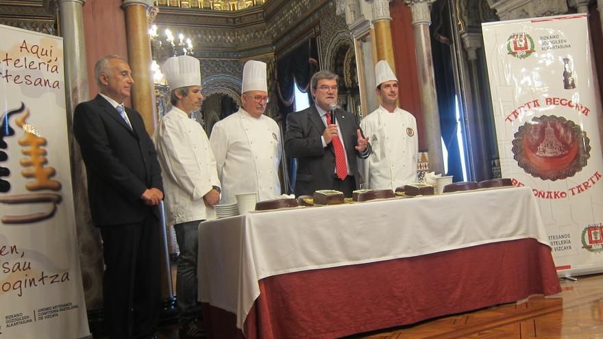 """Pasteleros de Bizkaia reparten junto a Aburto la """"Tarta Begoña"""" en el Ayuntamiento de Bilbao"""