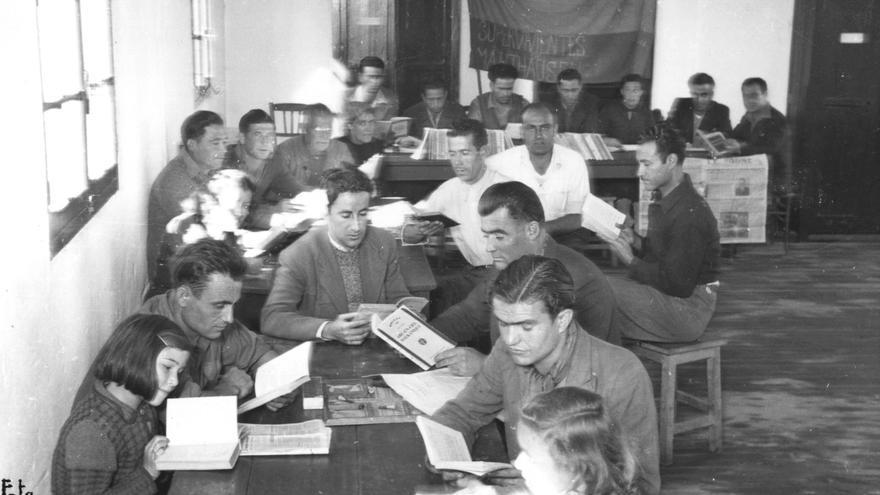 Refugiados republicanos españoles en la biblioteca de 'Villa Don Quijote' de Toulouse, antiguo campo de Récébédou, 29 de octubre de 1945