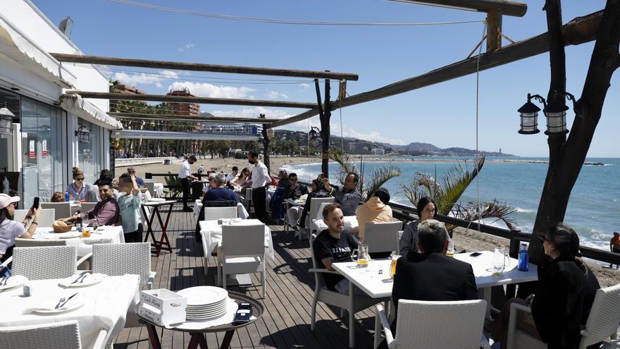 Malagueños y visitantes disfrutan de las playas y los chiringuitos  de la capital, en la imagen la playa de la Malagueta, a 02 de mayo del 2021, en Málaga a 02 de mayo 2021