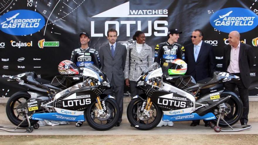 Alex Debón, a la izquierda, y Carlos Fabra, segundo por la derecha, en un acto del equipo de motos que patrocinó el Aeropuerto de Castellón.