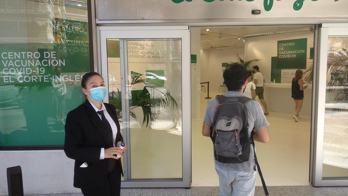 Entrada del local de El Corte Inglés en Arapiles, nuevo centro de vacunación en Madrid.