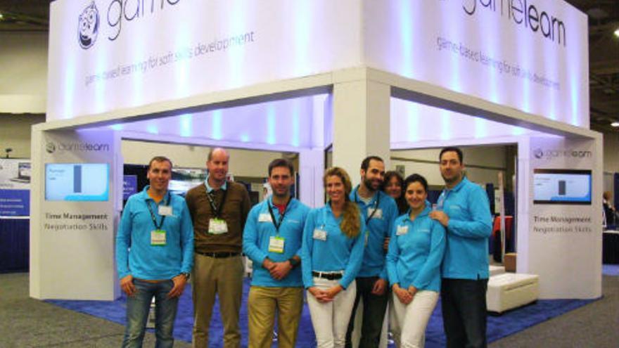 Ibrahim Jabary (derecha) junto a parte del equipo de Gamelearn (Foto. Página de Gamelearn en Facebook)
