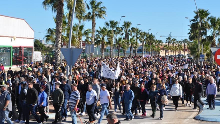 Participantes en la manifestación contra las inundaciones en Los Alcázares, Cartagena (Murcia)