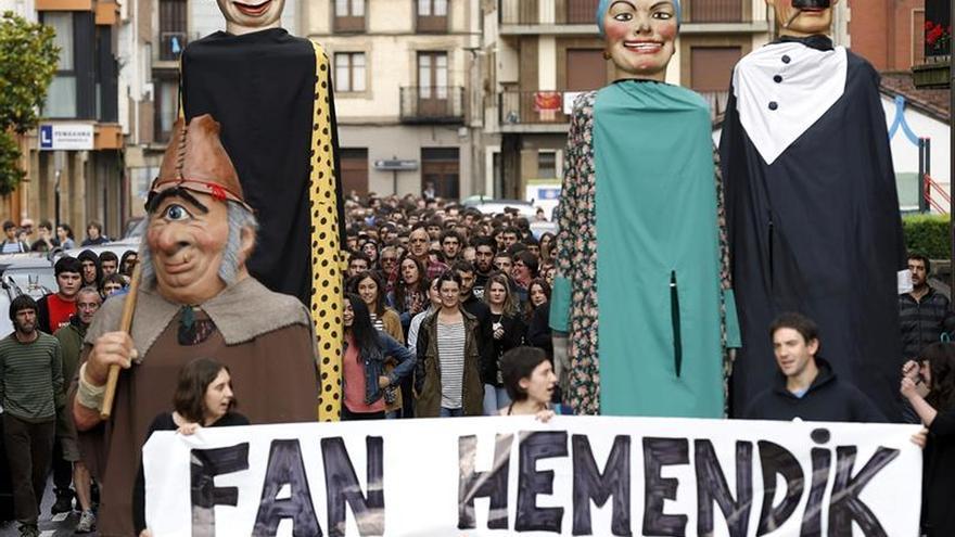 Denuncian al colectivo Fan Hemendik por concentrarse ante el cuartel de Oñate
