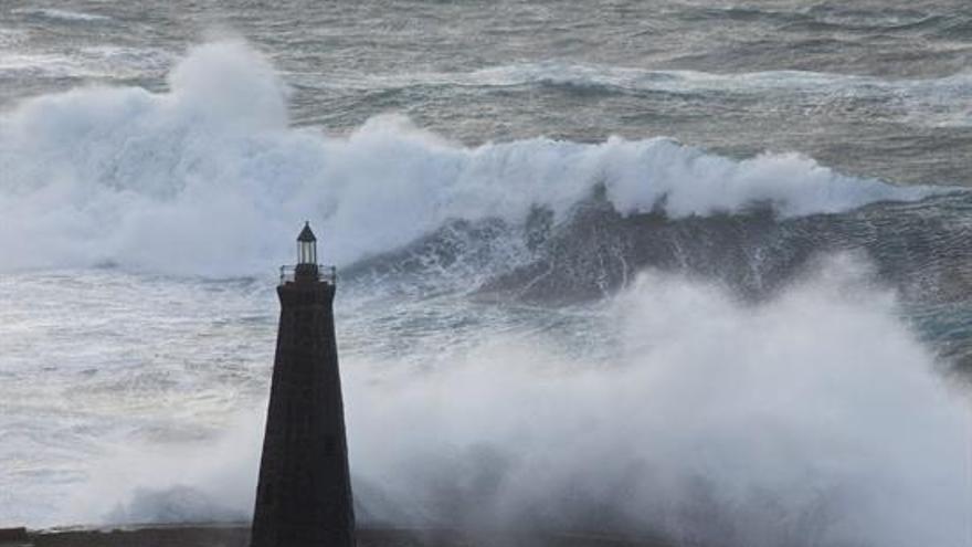 Cielos grises y fuerte oleaje en las costas de las islas este miércoles