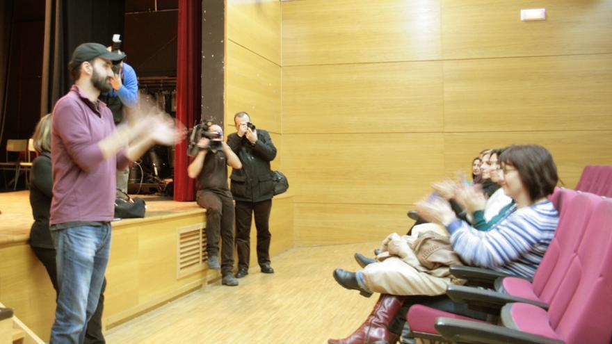 Gustavo Fabra de STAS CLM aplaude en la asamblea del 4 de febrero