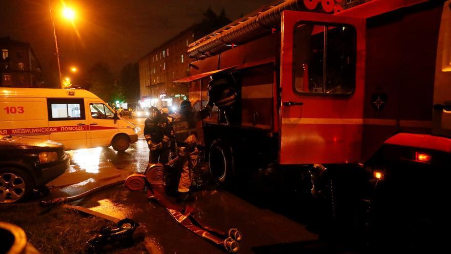 Imagen de archivo. Los bomberos recogen el equipo después de apagar el fuego en un hospital del norte de Moscú, Rusia, el 09 de mayo de 2020.