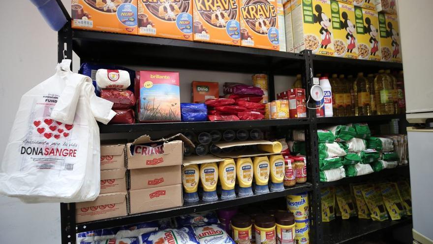 Reservas de alimentos para Donal en el local de la Asociación Vecinal y Solidaria de Arenales, Gran Canaria.