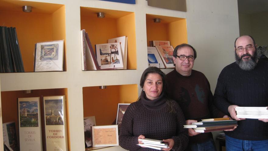 Inmaculada García, Manuel Patiño y Francisco Patiño, trabajan en el taller de Depapel.