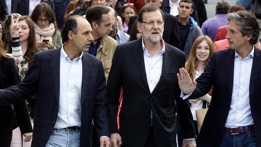 Rajoy se da un paseo tranquilo por Santander con Diego y De la Serna