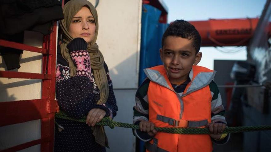 Una mujer y un niño esperan a bordo del barco de rescate Sea-Watch 3, a merced de su destino en el mar durante 19 días © Chris Grodotzki/Sea-Watch