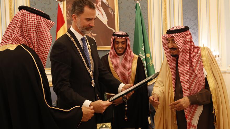 Felipe VI con el rey saudí Salmán tras recibir la más alta condecoración del país en su visita a Arabia Saudí en 2017.