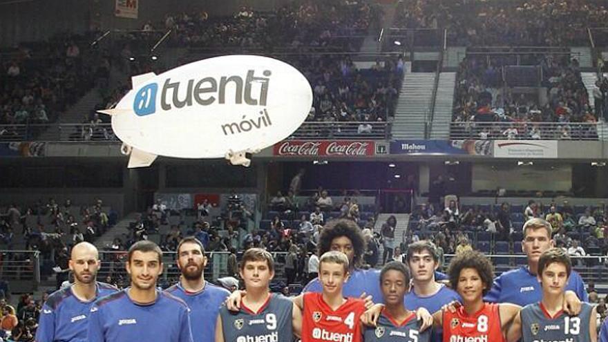 Jugadores del Estudiantes y algunos chicos de la cantera posan con la nueva camiseta del club (Foto: @ClubEstudiantes | Twitter)