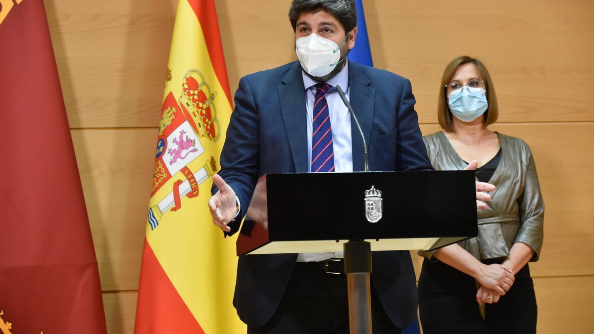 (I-D) El presidente de la Región de Murcia, Fernando López Miras, y la vicepresidenta del Gobierno regional, Isabel Franco, durante la ceremonia de toma de posesión de los cargos, a 3 de abril de 2021, en el Palacio de San Esteban, en Murcia (España). Est