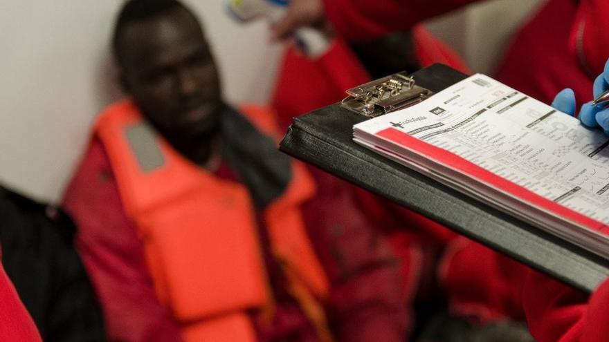 Más de 100 migrantes son acogidos en una nave de un empresario de Barbate