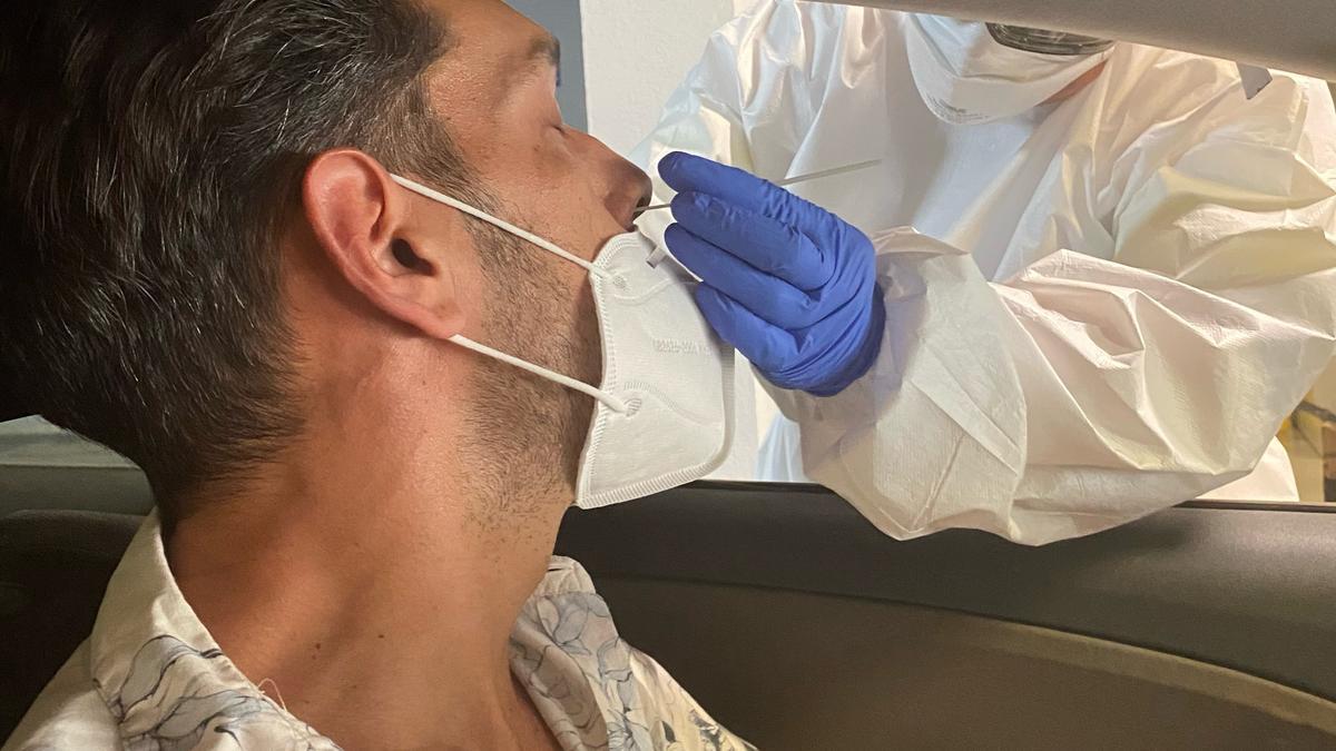 Archivo - Un sanitario hace un PCR en Canarias