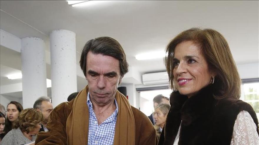 José María Aznar y Ana Botella acuden juntos a votar en Aravaca (Madrid)