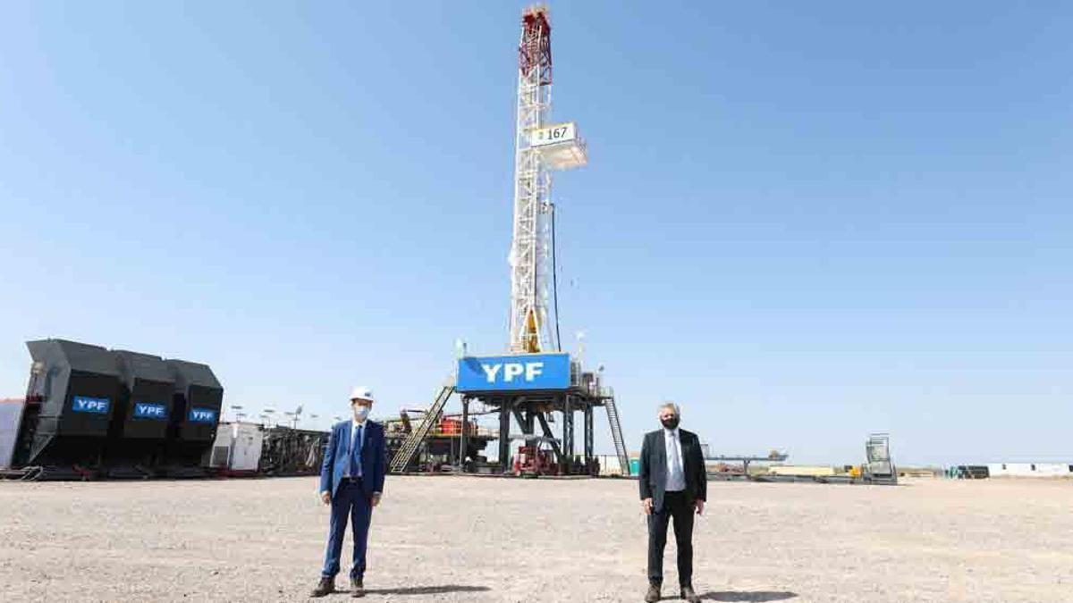 Alberto Fernández junto al gobernador de Neuquén, Omar Gutiérrez, en la presentación del nuevo Plan Gas en el yacimiento de YPF de Loma Campana, en Vaca Muerta, el 16 de octubre de 2020