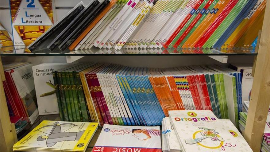 Libros de texto expuestos en una librería.