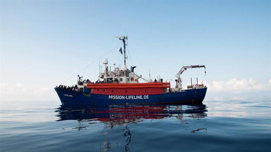 Fotografía cedida por la ONG alemana Mission Lifeline que muestra a varios inmigrantes rescatados en aguas internacionales del Mediterráneo a bordo del barco holandés Lifeline, el 21 de junio del 2018.