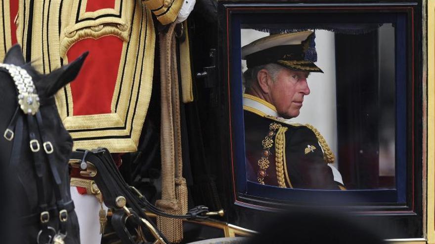 Los británicos quieren que el príncipe Carlos asuma compromisos de Isabel II