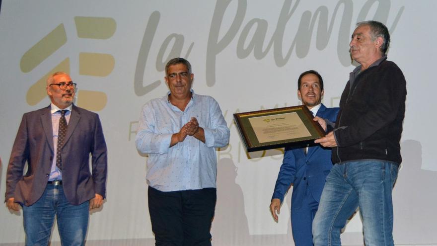Entrega del título a Carlos Vales Vázquez.
