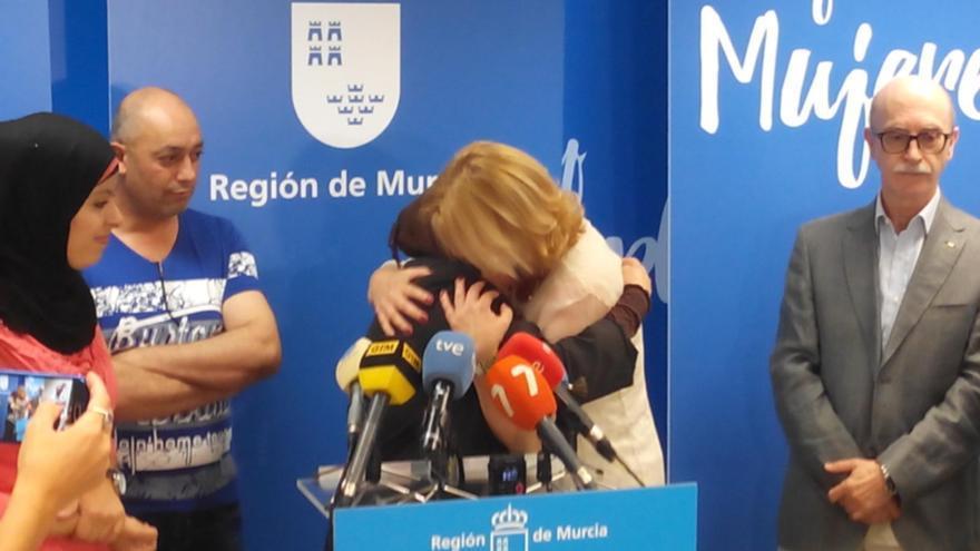 Emotivo encuentro con los medios de los refugiados a su llega a Murcia