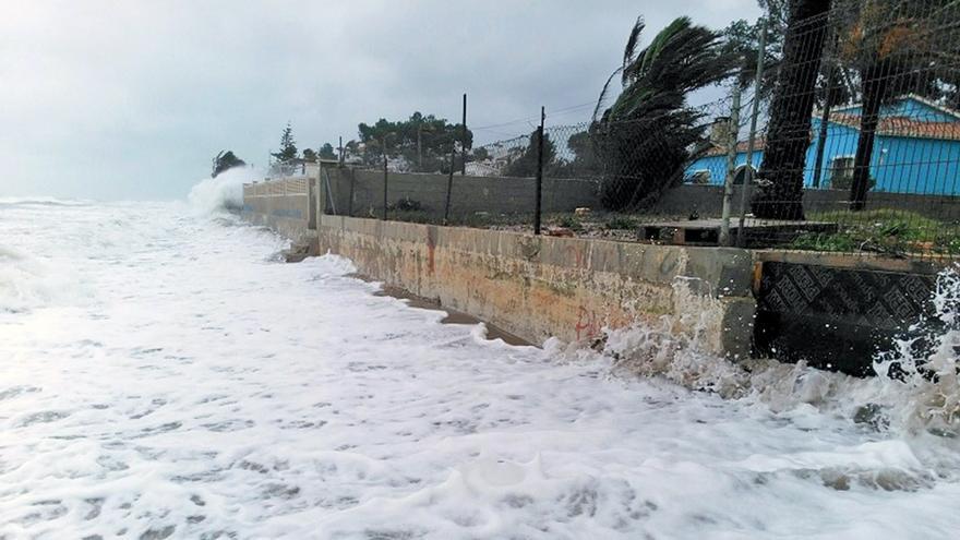 El mar golpea durante un temporal sobre la parcela donde esetá prevista la urbanización Las Olas.