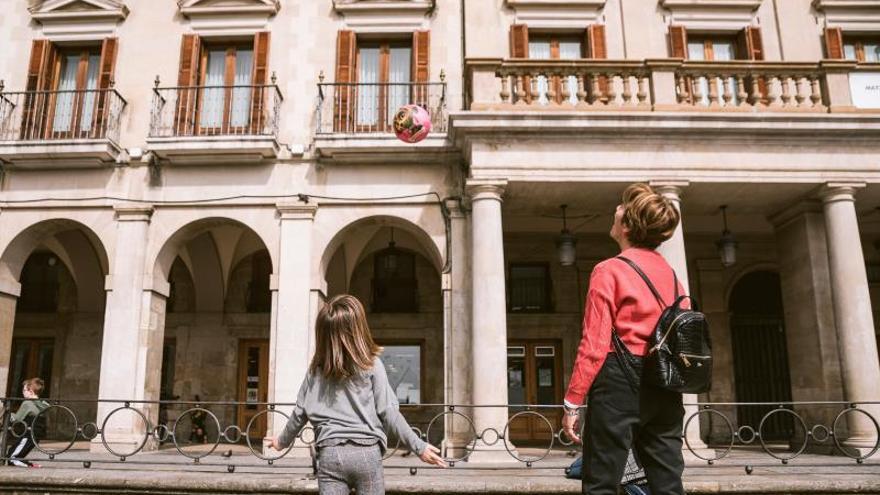 Una mujer y una niña durante el primer día de cierre de colegios en Vitoria.