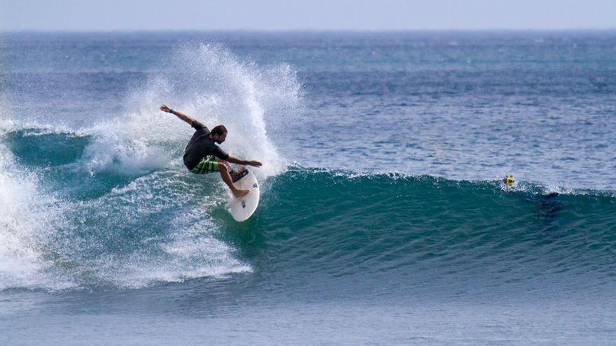 El surfista cántabro Cristian Bosco de la Mora.