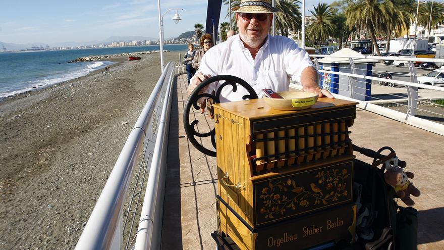El organillero Jörg Perleberg en El Palo, Málaga.