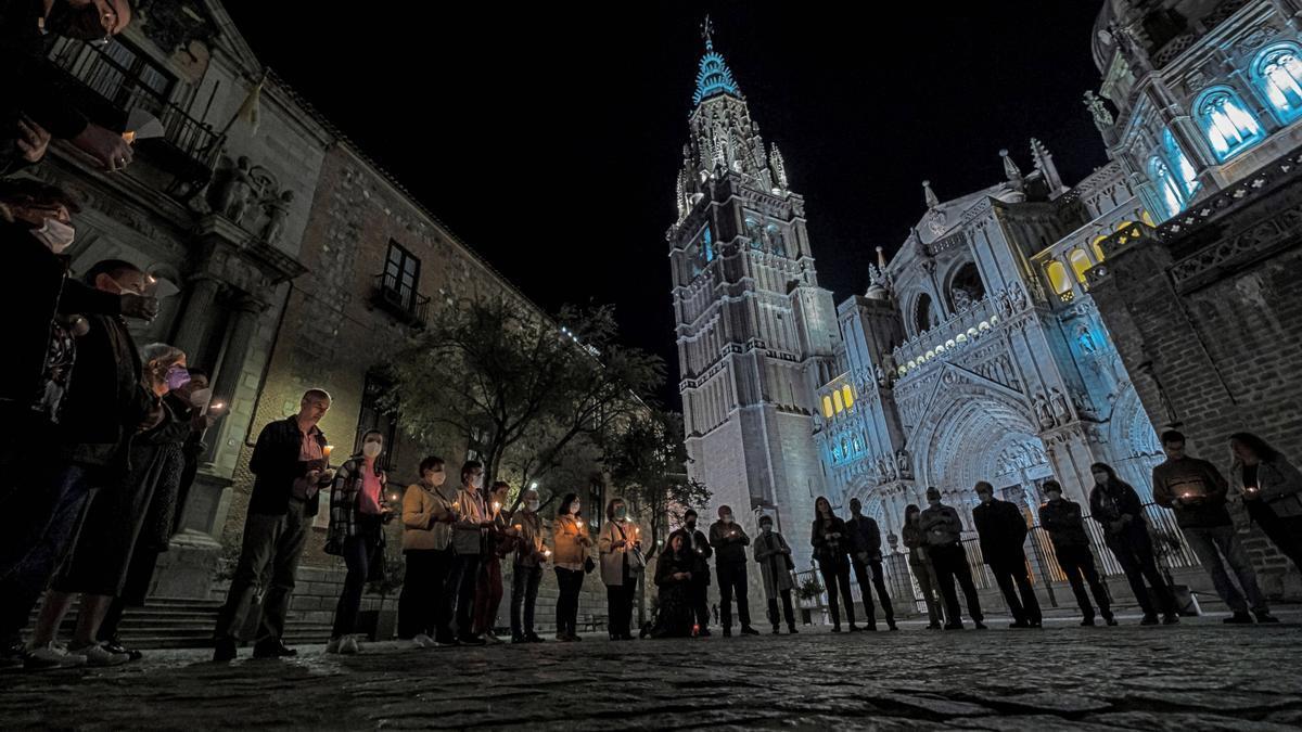 Un grupo de feligreses se reúne este domingo frente a la Catedral Primada de Toledo / EFE