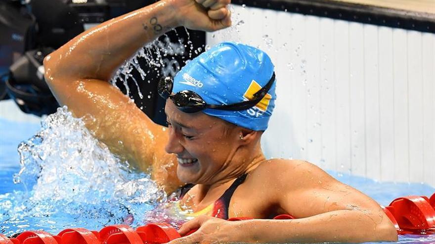 Mireia Belmonte celebrando la victoria tras quedar primera en los 200 mariposa.