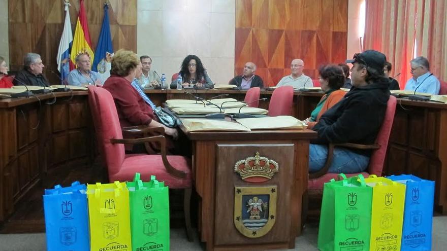 La consejera insular de Medio Ambiente (centro) con representantes de las asociaciones de personas mayores.
