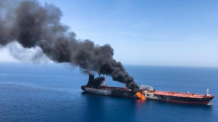 Uno de los petroleros incendiados en el Golfo de Omán.