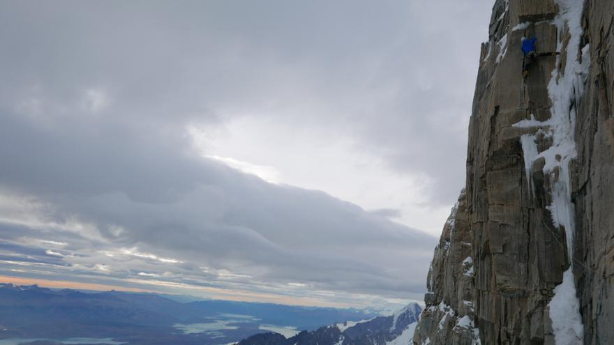 David Bacci negociando su avance por un tramo de hielo con algunos movimientos de dry tooling en la parte alta del Cerro Murallón.