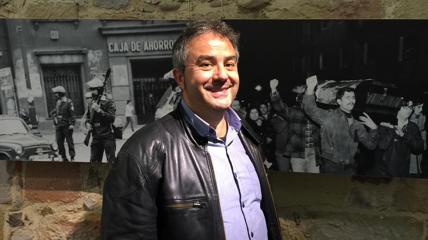 Mikel Toral, junto algunas de las imágenes del libro y exposición 'La Calle es nuestra'.