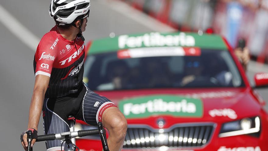 Alberto Contador cruza la meta y busca dónde andan todavía sus principales rivales