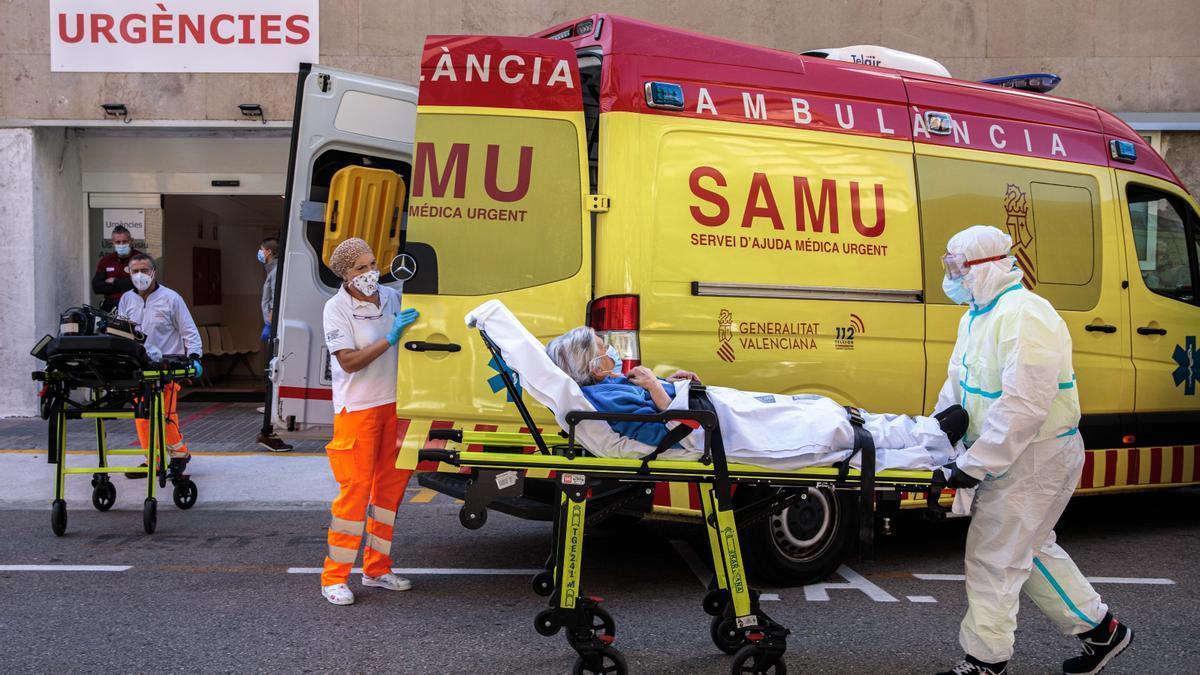 Sanitarios con equipo de protección especial para evitar contagios de coronavirus, traslada a un paciente de una ambulancia a urgencias del Hospital Clínico de València. EFE/ Biel Aliño/Archivo
