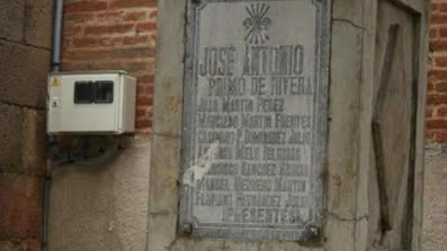 Monolito falangista en Gaslisteo, contiguo a la Iglesia Parroquial